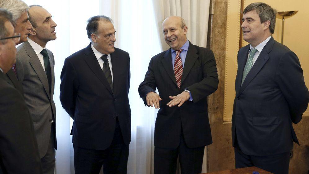 Foto: Javier Tebas, José Ignacio Wert y Miguel Cardenal (Efe)