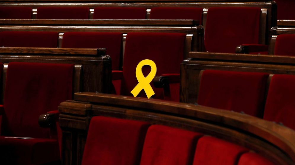 Foto: Vista del escaño del presidente de ERC, Oriol Junqueras adornado con un lazo amarillo. (EFE)