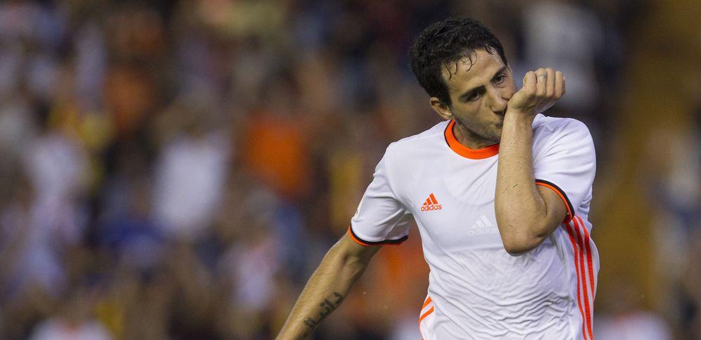 Foto: Dani Parejo celebra el penalti anotado que le dio los tres puntos al Valencia frente al Alavés (EFE)