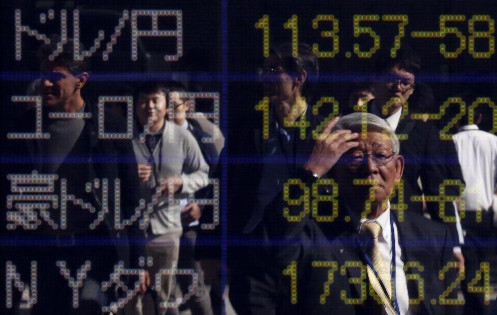 Foto: Ciudadanos japoneses observan la cotización del yen frente al dólar, el euro y el dolar australiano en un panel en el centro de Tokio. (Reuters)