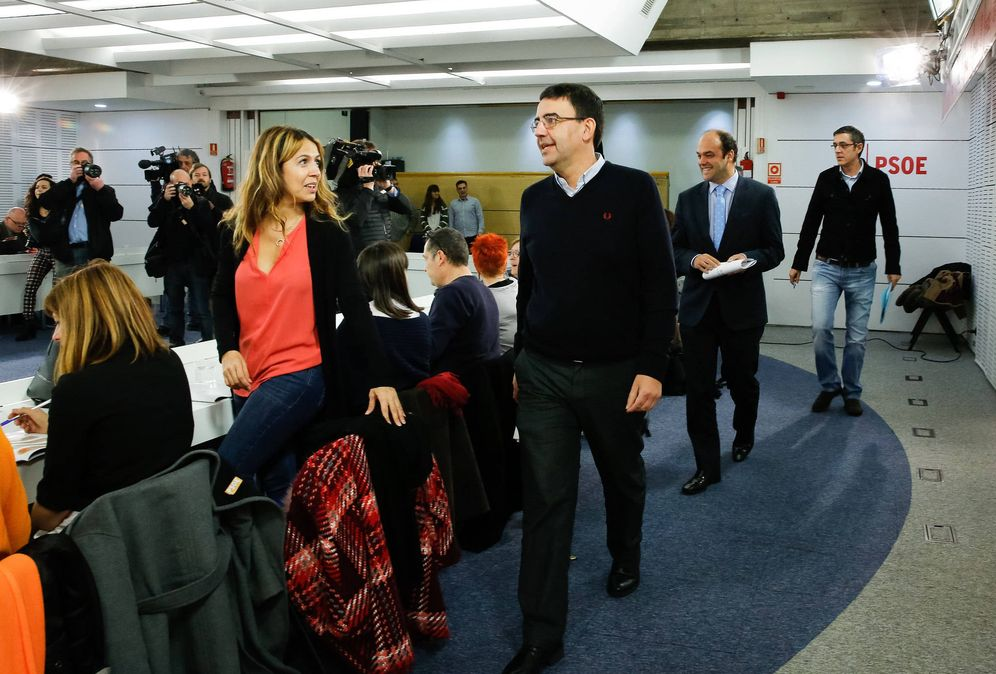 Foto: Mario Jiménez, José Carlos Díez y Edu Madina, a su llegada al encuentro con periodistas en Ferraz, este 3 de febrero. (Inma Mesa / PSOE)