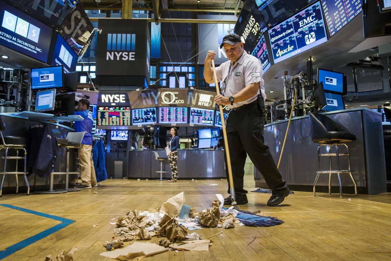 Foto: Un trabajador limpia el suelo en la Bolsa de Nueva York, el 1 de septiembre de 2015 (Reuters).