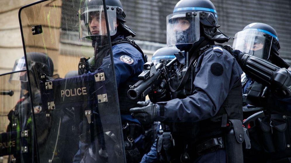 Foto: Un agente de policía enarbola un arma LDB-40 de balas de goma durante la 11ª jornada de protestas de los chalecos amarillos en París, el 26 de enero de 2019. (Reuters)