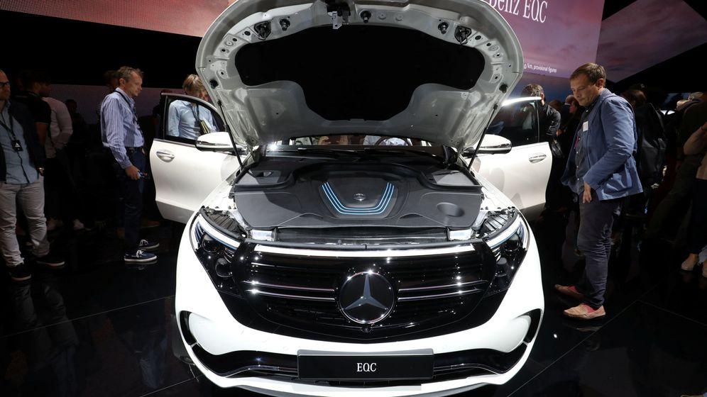 Foto: Varios asistentes a un salón de automóvil ven un nuevo modelo de Mercedes. (Reuters)