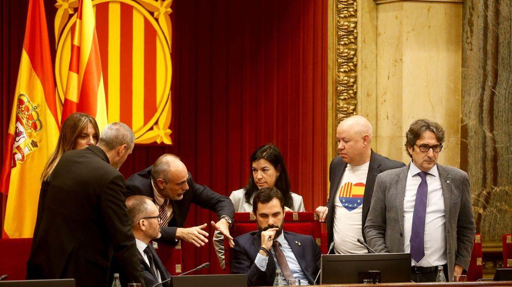 Foto: El presidente del Parlament, Roger Torrent (c), junto a los miembros de la Mesa y los letrados de la cámara catalana. (EFE)