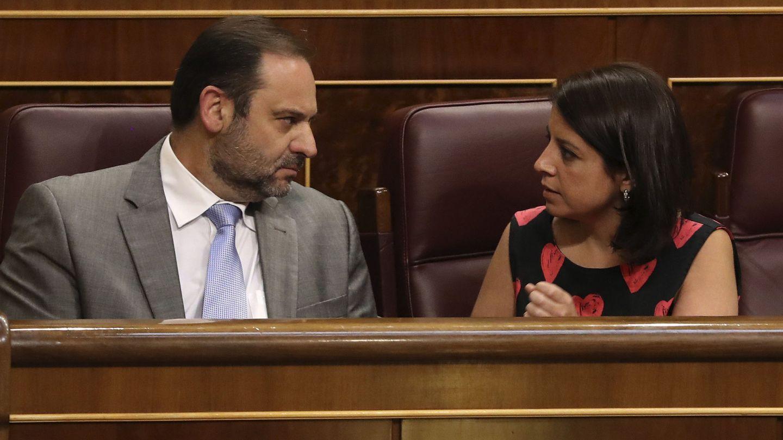 José Luis Ábalos, portavoz provisional socialista en el Congreso, conversa con la diputada Adriana Lastra el pasado 30 de mayo en el pleno de Presupuestos. (EFE)