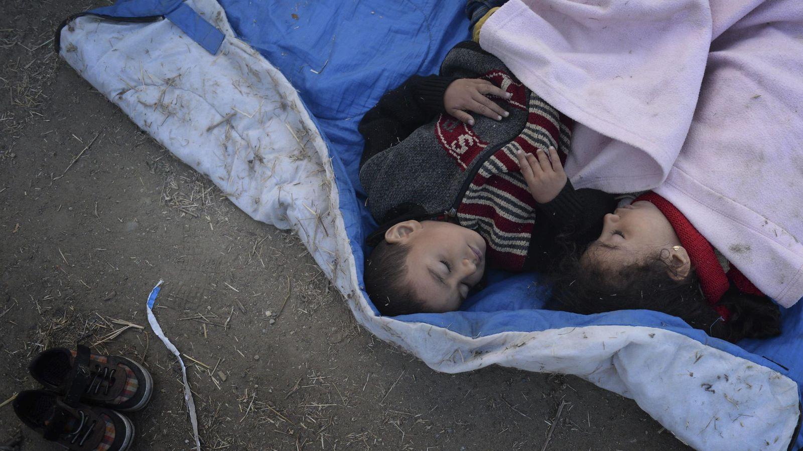 Foto: Dos refugiados en Macedonia. (EFE)