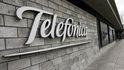 S&P baja el 'rating' de Telefónica a BBB- a solo un peldaño del grado especulativo