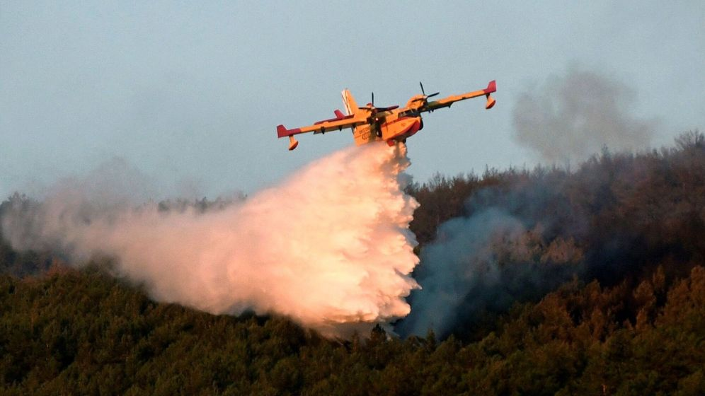 Foto: Labores de extinción del fuego en el incendio declarado en La Granja (Segovia). (EFE)