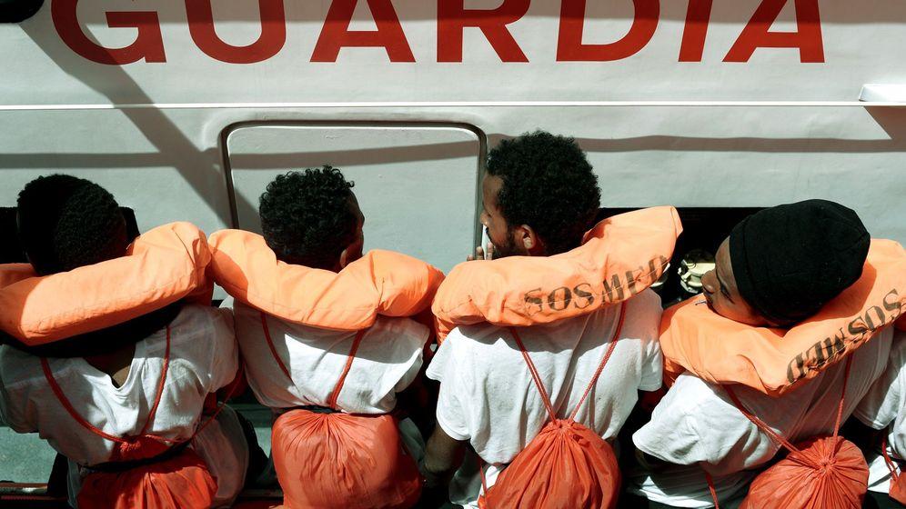 Foto: Fotografía de varios inmigrantes rescatados por el Aquarius. (EFE)