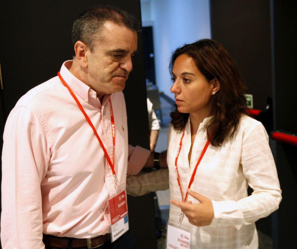 Foto: El diputado José Manuel Franco conversa con la líder del PSOE-M y alcaldesa de Getafe, Sara Hernández, el pasado 28 de mayo. (EFE)