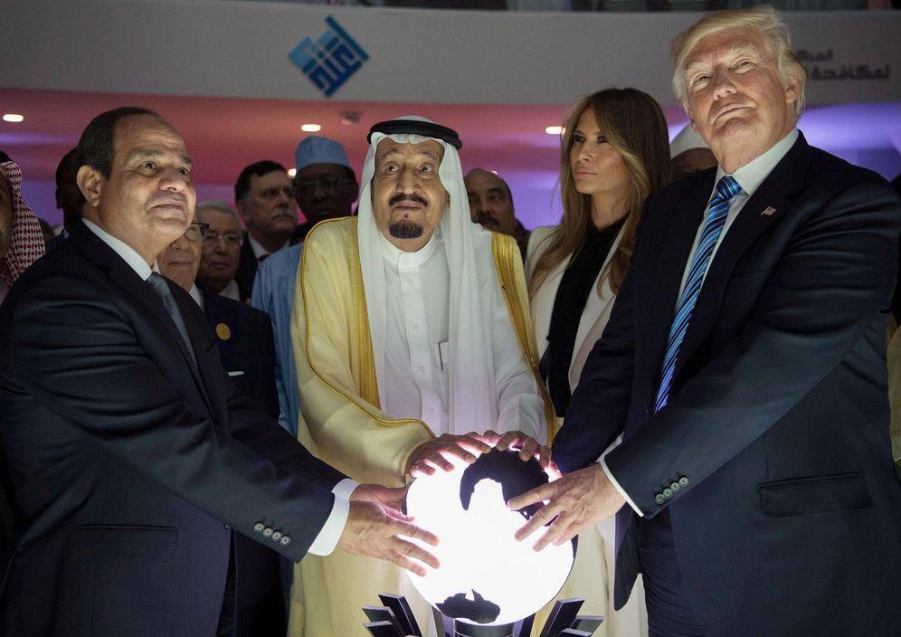 Foto: Donald Trump junto a su esposa Melania, el rey Salman de Arabia Saudí y el presidente Al Sisi de Egipto, en Riad, el 21 de mayo de 2017. (EFE)