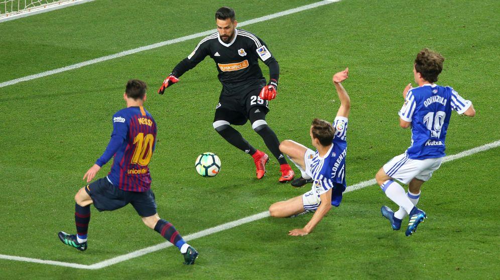 Foto: Messi afronta un mano a mano contra la Real Sociedad (Reuters)