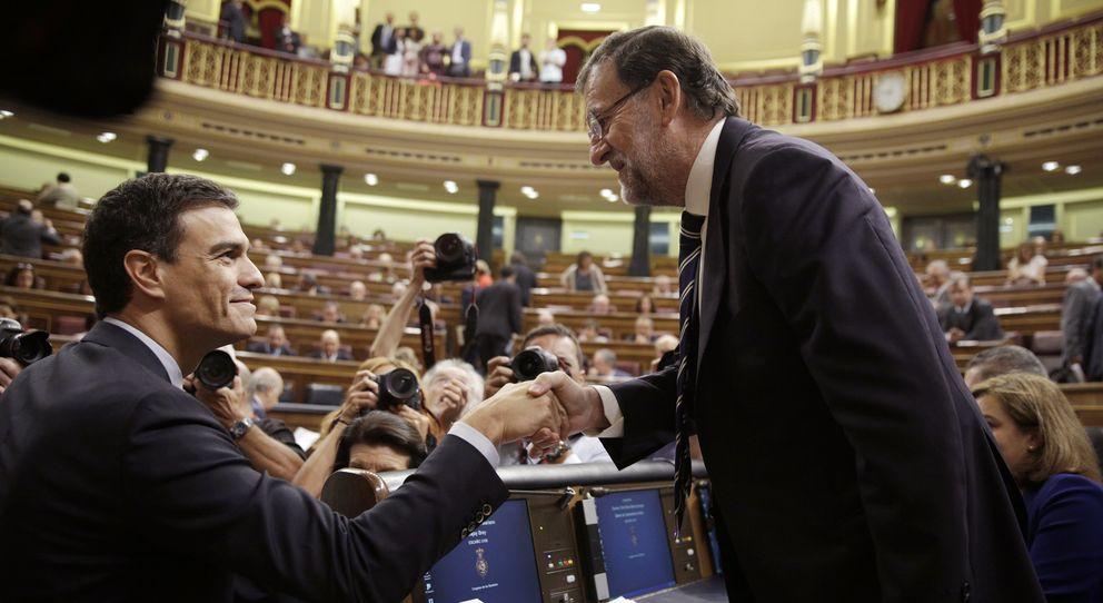 Foto: El presidente del Gobierno, Mariano Rajoy, saluda al secretario general del PSOE, Pedro Sánchez, en el Congreso de los Diputados. (Reuters)