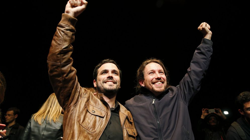 Foto: Los líderes de Podemos, Pablo Iglesias (d), y de Izquierda Unida, Alberto Garzón (i) tras el anuncio del acuerdo para la confluencia entre ambas organizaciones. (EFE)