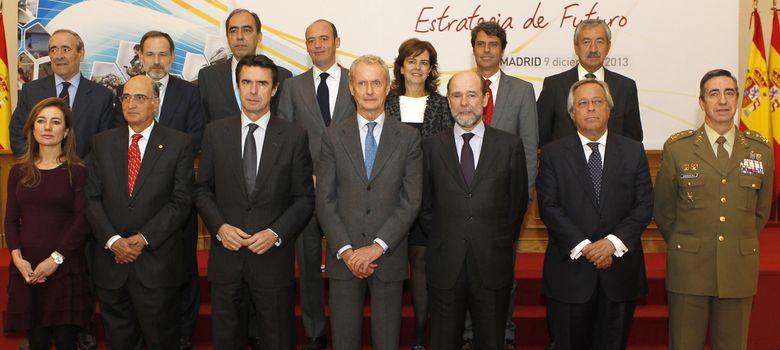 Foto: En primera fila, Marta Fernández Currás, Julián García Vargas, José Manuel Soria, Pedro Morenés, Pedro Argüelles, Ramón Aguirre y Jaime Domínguez Buj.