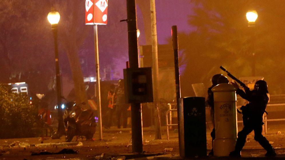 Foto: Un Policía utiliza su arma dirante las protestas en Cataluña. (Reuters)