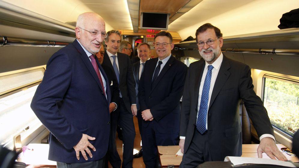 Foto: Juan Roig, Boluda, De la Serna, Moragues, Ximo Puig y Mariano Rajoy, en el tren inaugural del AVE Madrid-Castellón. (GOB)