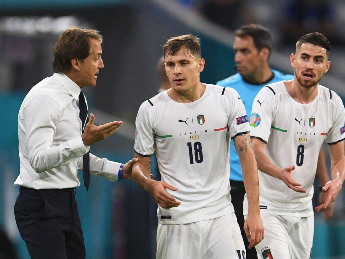 Foto: Roberto Mancini da órdenes a Barella y Jorginho. (Reuters)