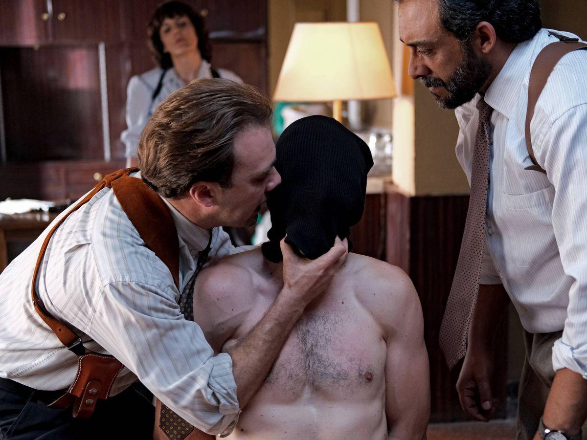 Foto: Escena de abusos policiales en la serie 'Patria'. (Foto de David Herranz. HBO España)
