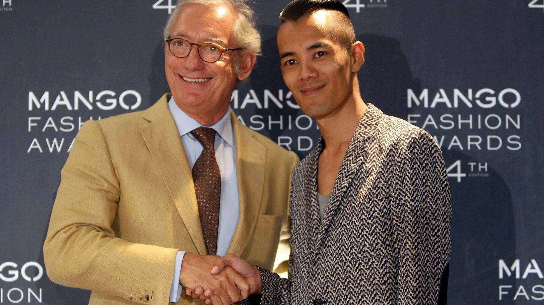 Isak Andic (i) y el ganador de la 4º edición de los Premios Mango, el tailandés Wisharawish Akaransantisook (d). (EFE)