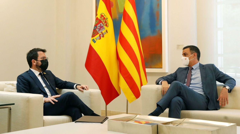 Foto: El presidente del Gobierno, Pedro Sánchez, recibe al presidente de la Generalitat, Pere Aragonès, en junio. (EFE)