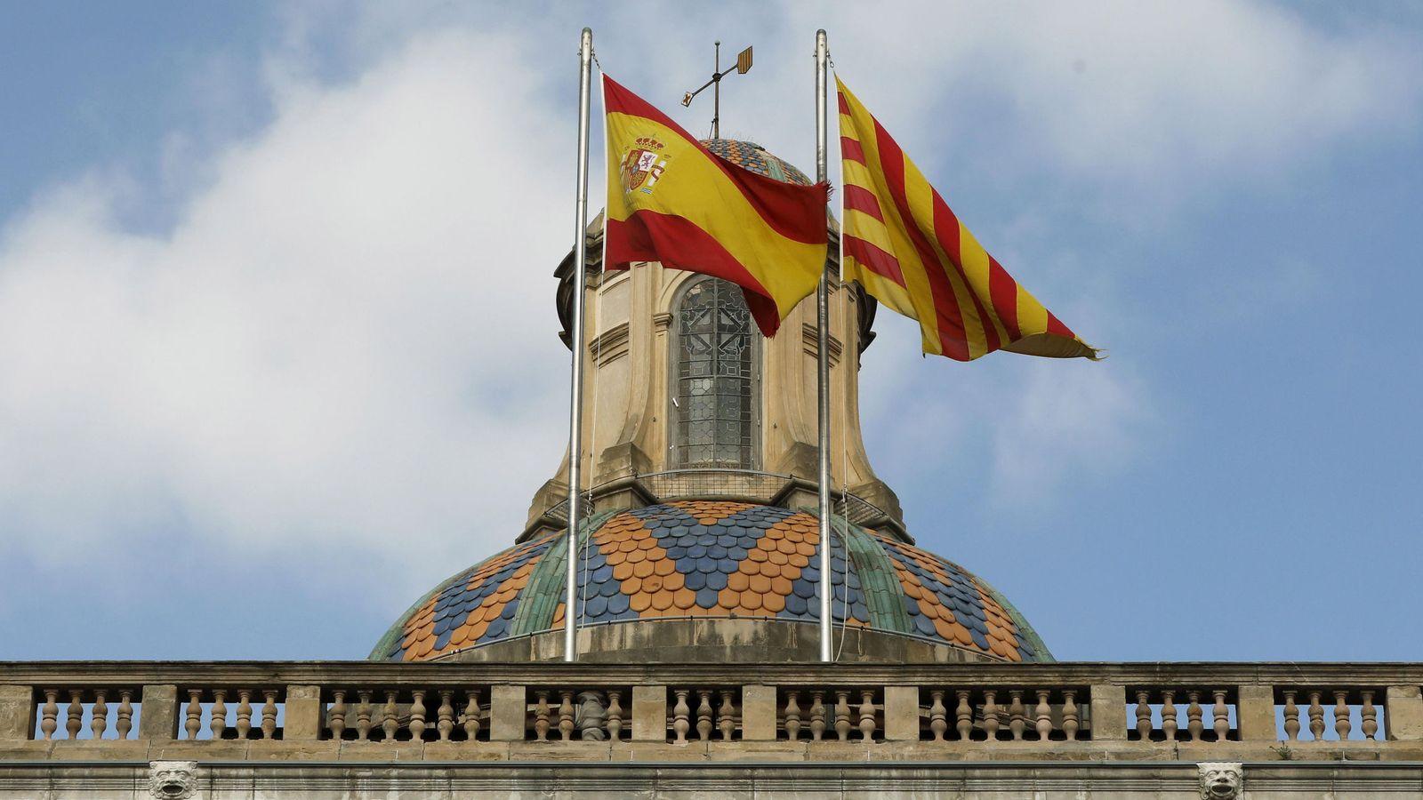 Foto: Las banderas española y catalana ondean en la fachada del edificio de la Generalitat de Cataluña. (EFE)