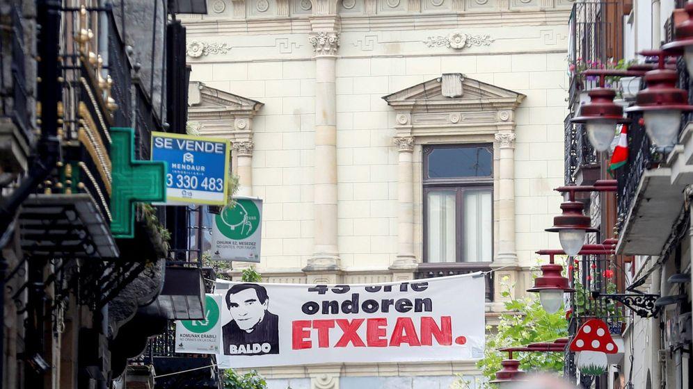 Foto: El etarra Baldo es homenajeado en las calles de Hernani. (EFE)