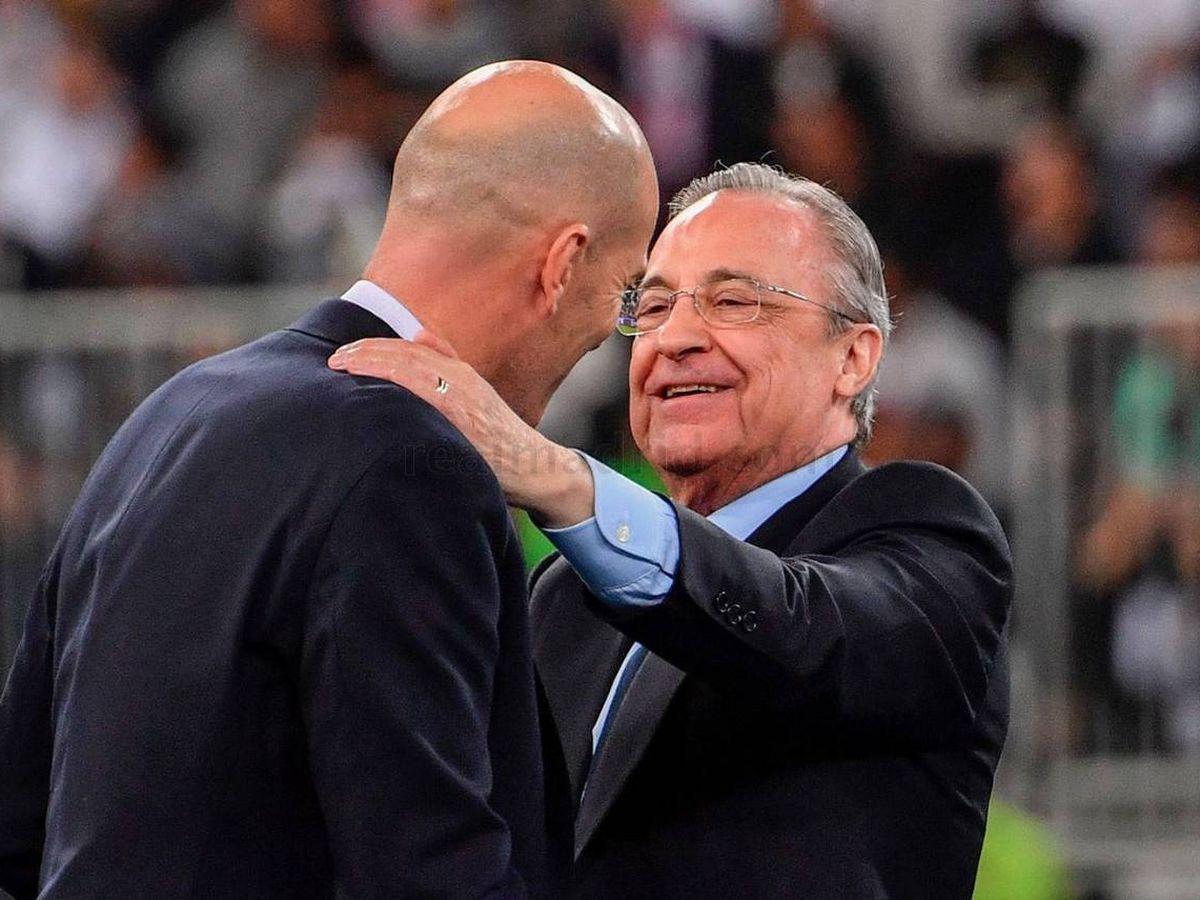 Foto: Florentino Pérez felicita a Zidane en Yeda tras ganar la Supercopa de España. (Real Madrid)