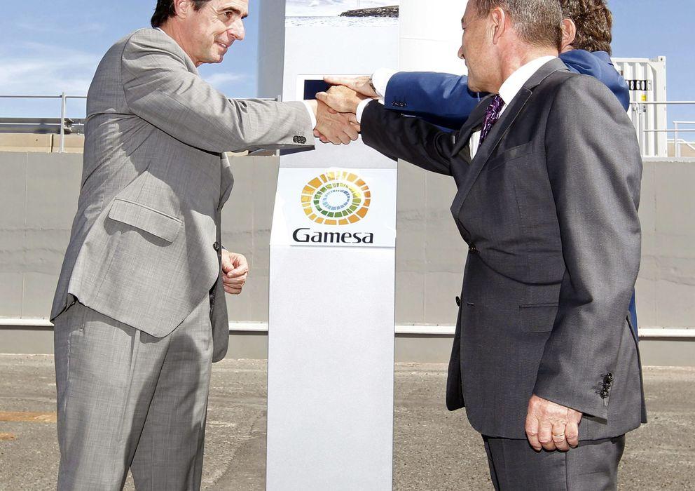 Foto: El ministro de Industria,  José Manuel Soria (i); el presidente del Gobierno de Canarias, Paulino Rivero (d) y el presidente de Gamesa, Ignacio Martín. (EFE)