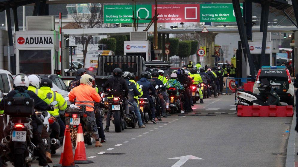 Foto: La frontera de Gibraltar registra colas en horas punta. (EFE)