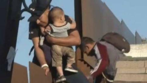 Arroja a su hijo desde la valla de México para que logre cruzar la frontera con Estados Unidos