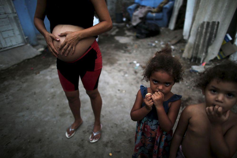 Foto: Patricia Araujo, una brasileña embarazada de siete meses, junto a sus hijos en una chabola de Recife, Brasil, el 14 de febrero de 2016. (Reuters)