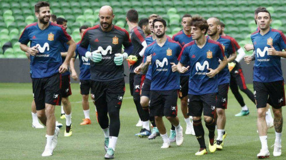 Foto: Pepe Reina e Isco, juntos en la Selección que disputó el último Mundial. (EFE)