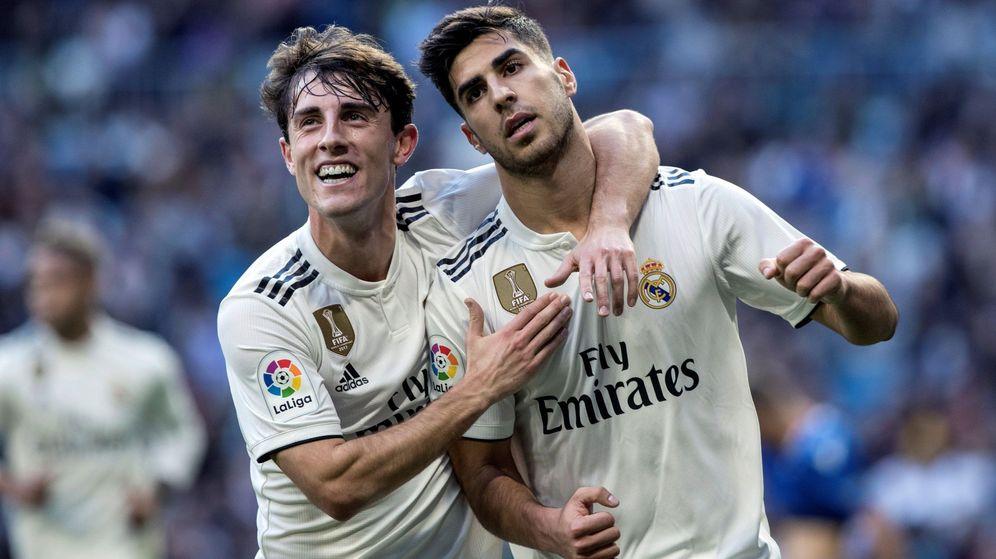 Foto: Odriozola abraza a Marco Asensio después de marcar un gol al Melilla. (Efe)