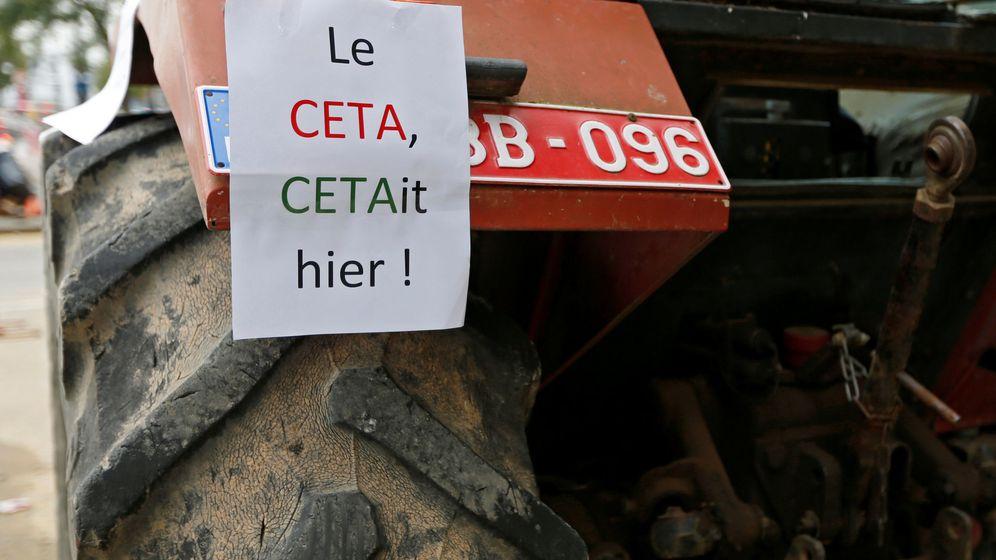 Foto: Cartel contra el CETA en un tractor durante una protesta frente al Parlamento de Valonia, el 14 de octubre de 2016 (Reuters)