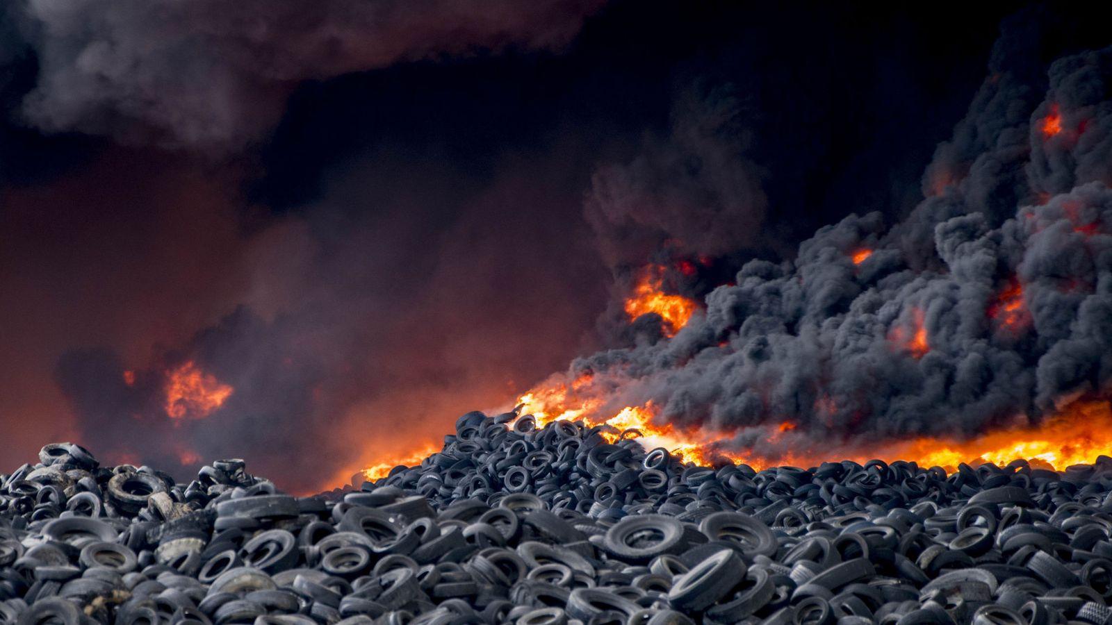 Foto: Incendio del cementerio de neumáticos de Seseña, Toledo. (EFE)