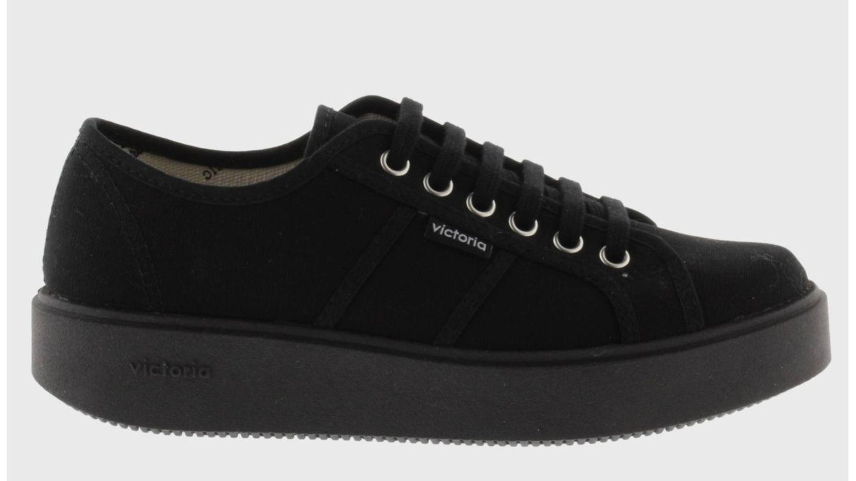 El estilo de la reina Letizia nos inspira a comprar estas zapatillas deportivas de Victoria. (Cortesía)