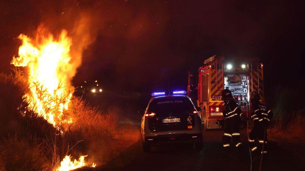 Foto:  Imagen de las llamas del incendio registrado este miércoles en el ayuntamiento de Cualedro (en Ourense) (EFE)