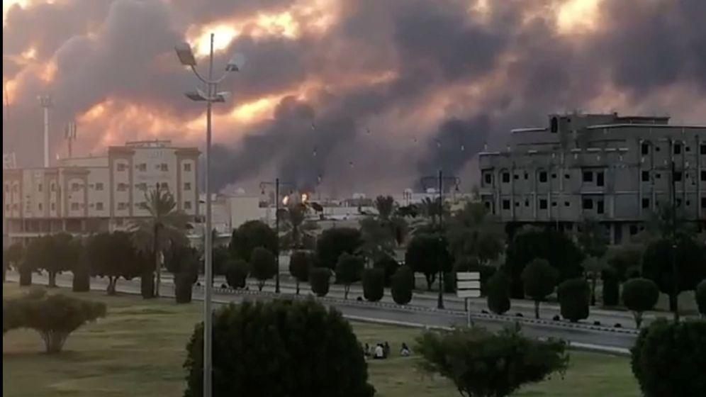 Foto: Humo provocado por el ataque de los drones contra la fábrica de Aramco en Arabia Saudí. (Reuters