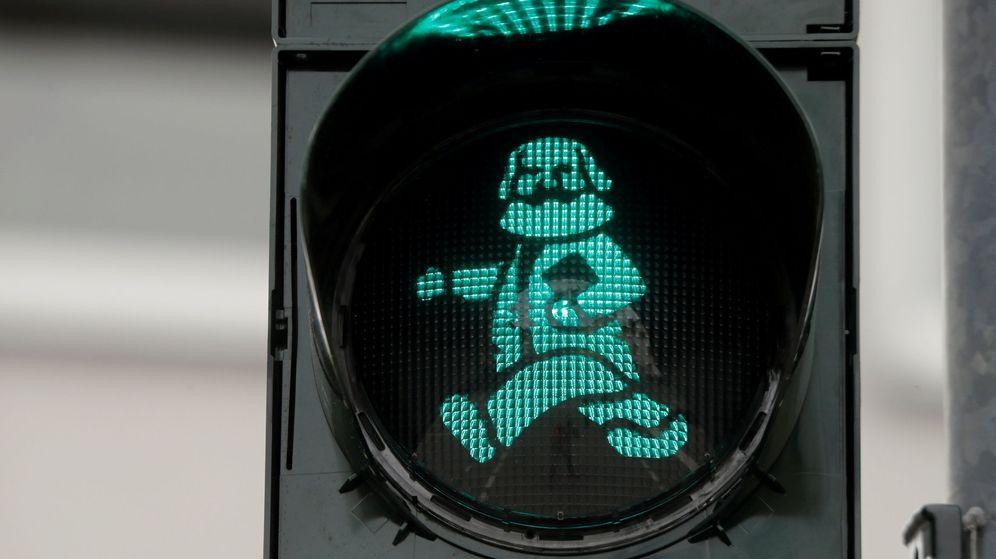 Foto: Una imagen del filósofo alemán Karl Marx en un semáforo de su ciudad natal. (Reuters)
