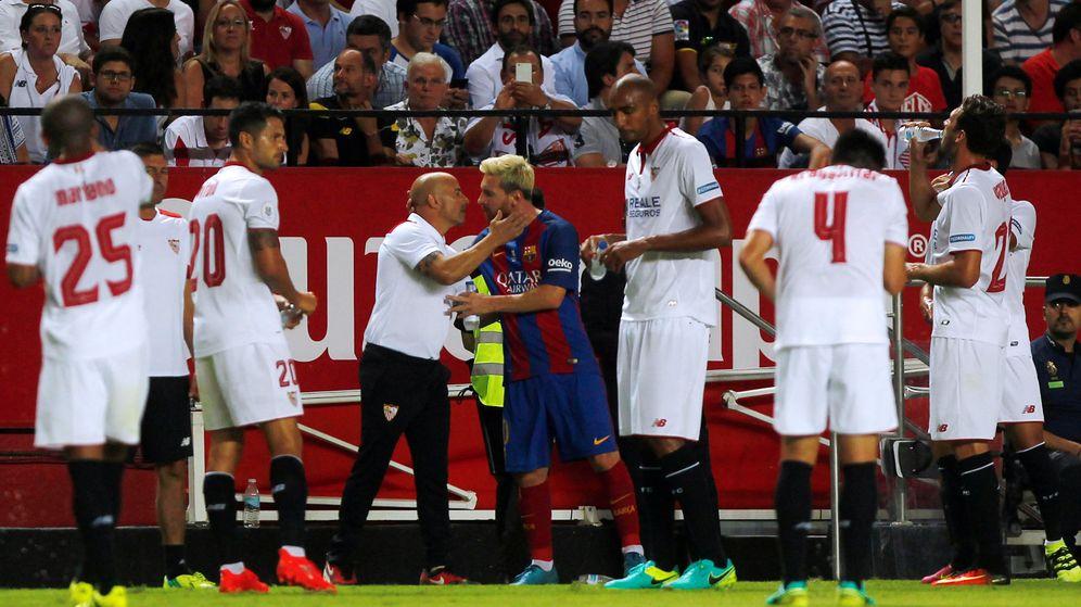 Foto: Messi y Sampaoli se saludan antes del Sevilla-Barcelona en el Pizjuán. (Reuters)