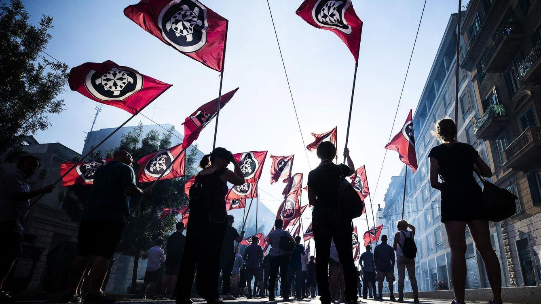 Foto: Miembros del movimiento ultraderechista CasaPound se manifiestan en el centro de Roma, en junio de 2017. (EFE)