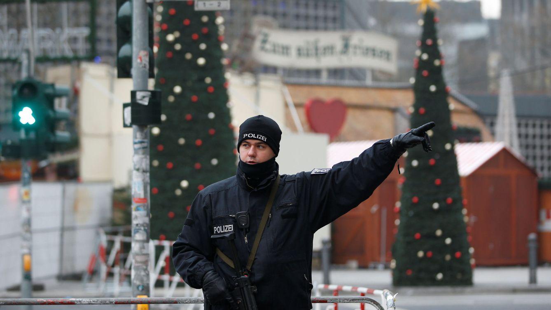 Foto: Un policía da instrucciones cerca del lugar del atentado en Berlín, el 20 de diciembre de 2016. (Reuters)