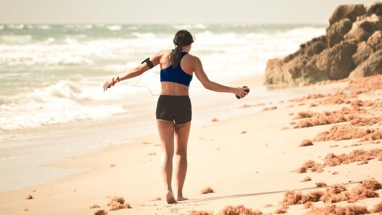 Consejos para correr por la playa. (Debby Hudson para Unsplash)