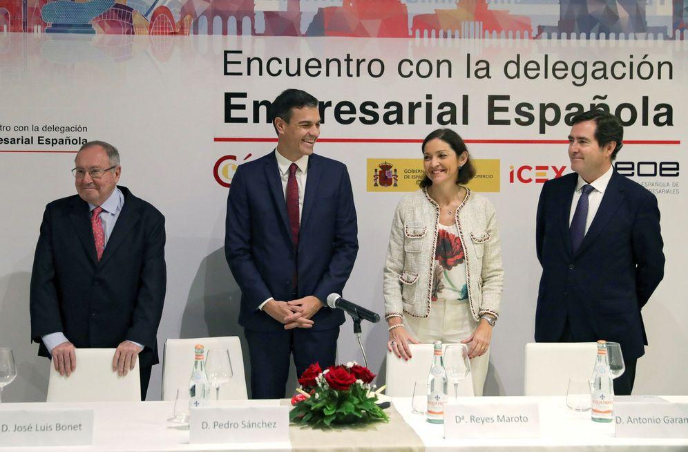 Foto: Pedro Sánchez y la ministra Reyes Maroto, con el nuevo jefe de la CEOE, Antonio Garamendi (d), y el presidente de la Cámara de Comercio, José Luis Bonet, este viernes en La Habana. (EFE)