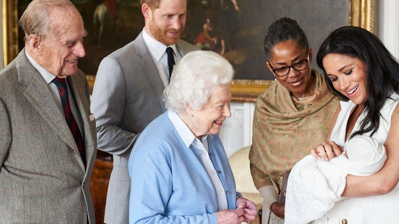Los duques de Sussex, la reina Isabel, el duque de Edimburgo y Doria Ragland, con el niño. (Sussex Royal)