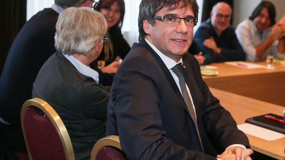 Foto: El expresidente de la Generalitat Carles Puigdemont se reúne con diputados de JxCAT en el President Park Hotel de Bruselas. (EFE)