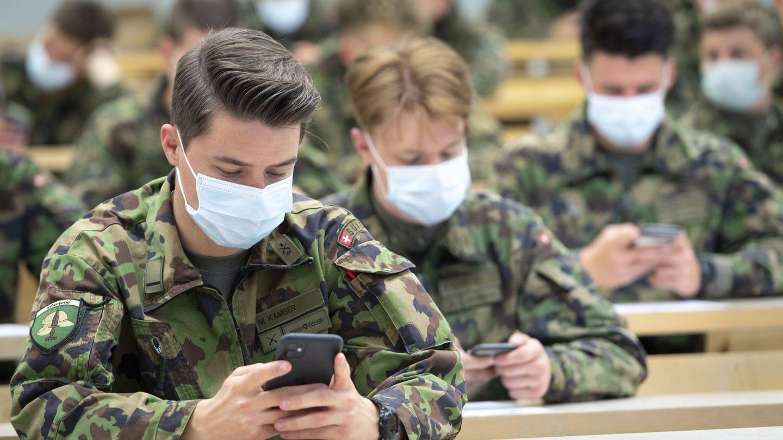Soldados del ejército suizo prueban la 'app' de rastreo de contactos del país a finales de abril. (Reuters)