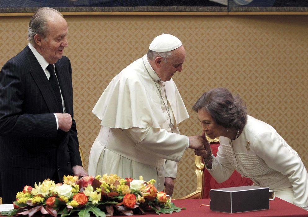 Foto: La reina doña Sofía saluda al papa Francisco en presencia del Rey (Efe)